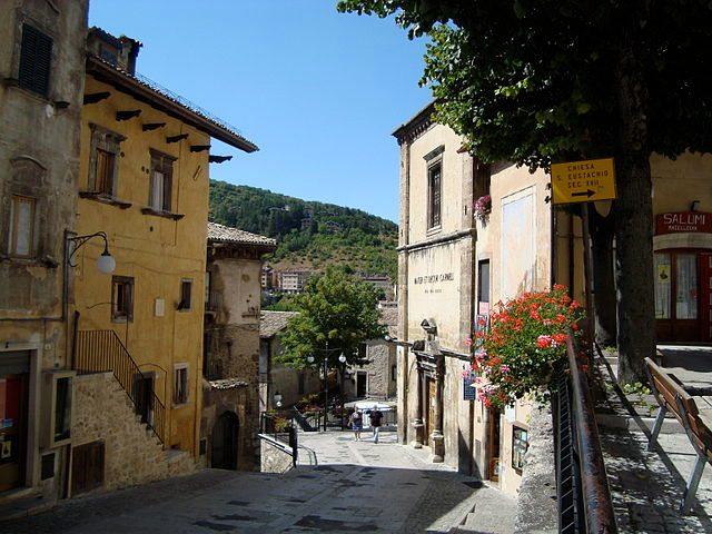 https://commons.wikimedia.org/wiki/File:Rue_de_Scanno_-_Piazza_San_Rocco2.JPG