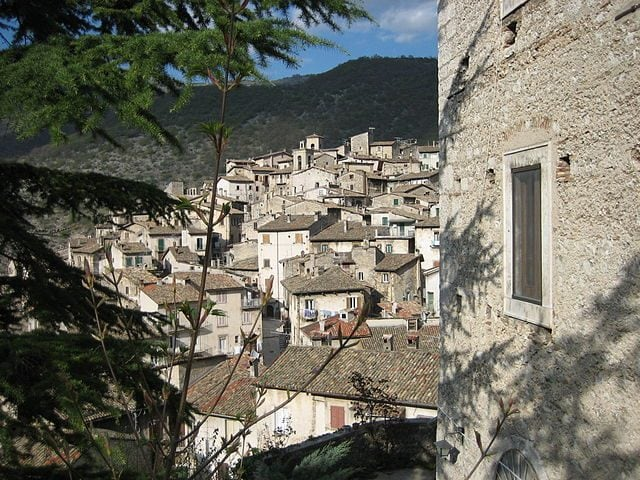 https://pl.wikipedia.org/wiki/Scanno#/media/File:Veduta_Scanno.jpg