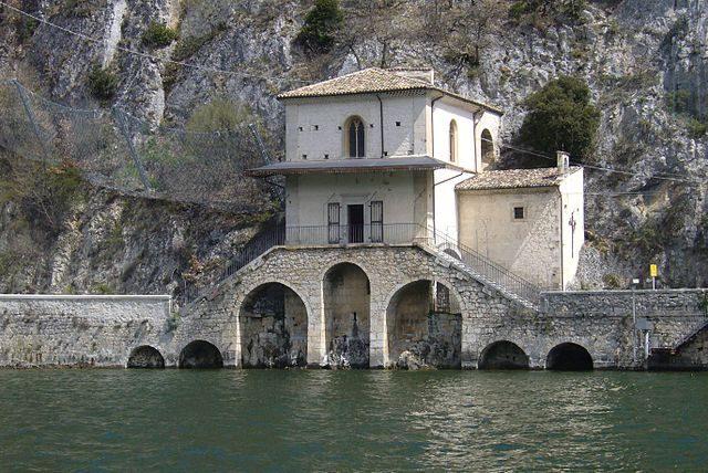 https://it.wikipedia.org/wiki/File:Scanno-Chiesa_di_Santa_Maria_del_lago_-_panoramio.jpg
