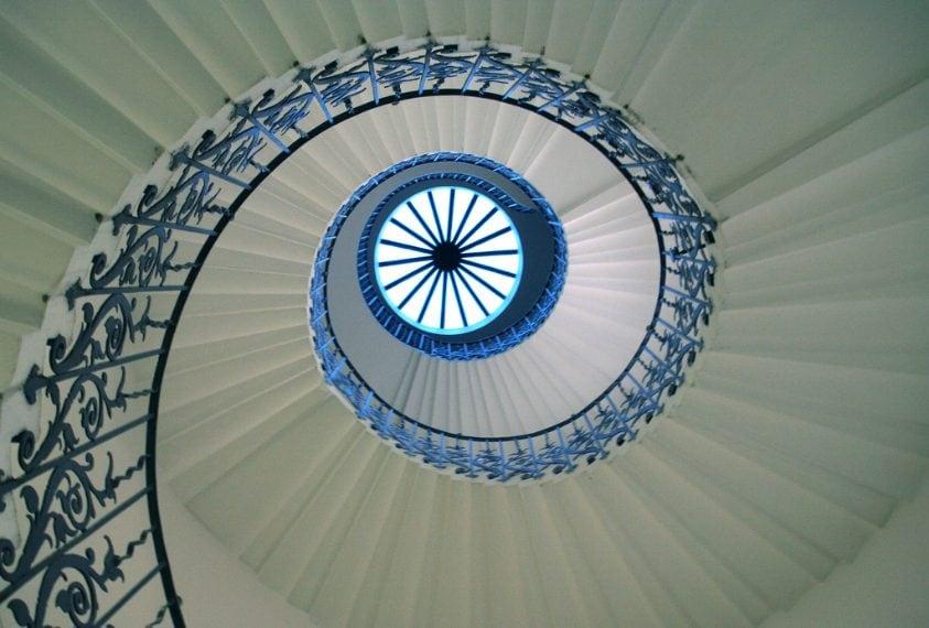 Nella Queen's House di Greenwich si trova la prima scala elicoidale centrale autoportante costruita in Inghilterra. Le scale sono sostenute da una combinazione di sostegno a sbalzo dalle pareti. Si tratta delle Tulip Stairs, originale struttura del XVII° secolo in ferro battuto verniciata di blu che esalta la forma del tulipano. Il nome delle scale deriva appunto dalla particolare forma a fiore visibile dal basso e dai motivi floreali presenti sulla balaustra.