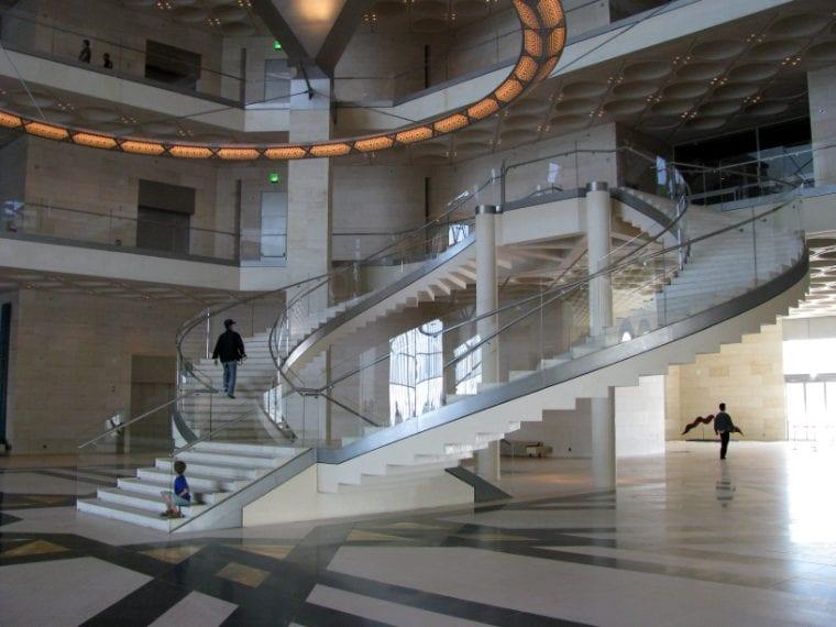Ci sono oltre 4.500 pezzi d'arte nel Doha Museum of Islamic Art di Doha, in Qatar, ma l'edificio colpisce anche per il suo spettacolare atrio a cupola alto circa 50 metri dove lo spazio è caratterizzato da una grande scala a chiocciola al centro del foyer. La particolare scala è realizzata con rampe scolpite sul lato inferiore per invocare l'illusione di una scala rovesciata. Vista dall'alto, la visione della scala è sfalsata dal lampadario a cerchio che riprende la forma della scala.