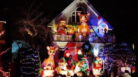 New York, le decorazioni natalizie trasformano Brooklyn in un paese delle meraviglie