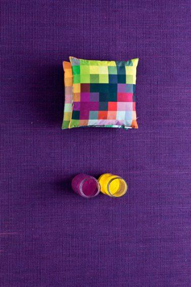 Ispirato ai mobili del celebre scultore americano Alexander Calder, questo tappeto rende omaggio al pioniere dell'arte cinetica, trasferendo a terra le sue forme mobili. L'originalità di questo tappeto consiste nella forma irregolare e non convenzionale. A seconda dell'angolo di osservazione, Calder appare più o meno affusolato, passando dalla forma sferica alla forma ovale. Particolarmente morbido e piacevole al tatto, questo tappeto 100% lana è disponibile in colori vivaci e intensi.