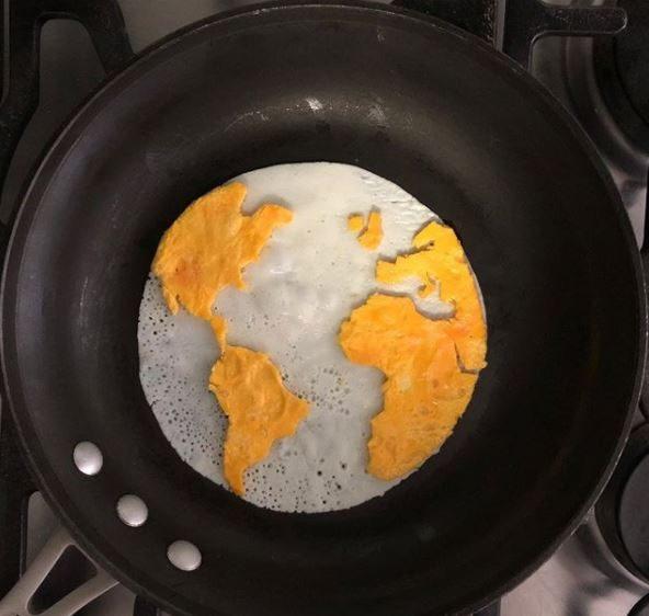 Il mondo per colazione. Fonte:https://www.instagram.com/the_eggshibit/