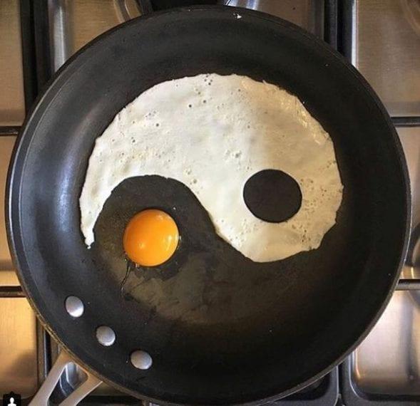 Yin e yang. Fonte: https://www.instagram.com/the_eggshibit/