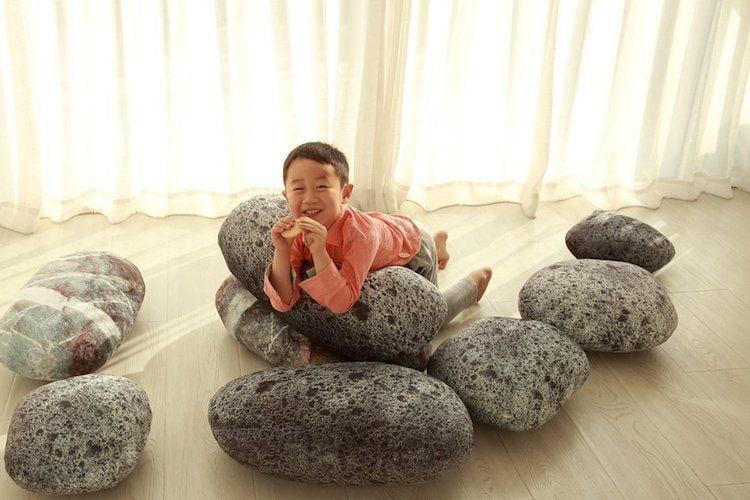 Tutti i bambini ma non solo impazziranno per questi cuscini che sembrano enormi massi ma sono morbidi come le nuvole.
