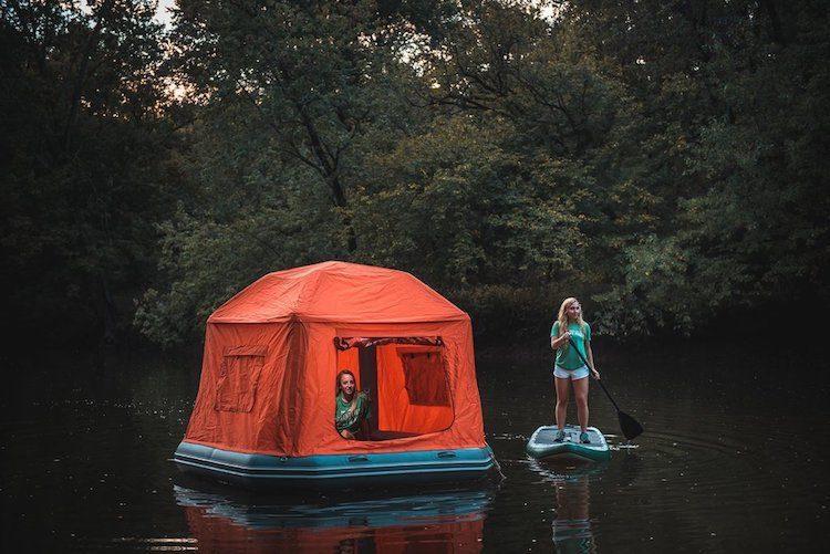 La tenda SmithFly è il primo rifugio gonfiabile che consente ai campeggiatori di essere cullati dalle onde dell'acqua e dormire sotto le stelle senza bagnarsi. L'originale tenda galleggiante non necessita di alcun palo per sostenere la struttura: completamente gonfiabile, la pressione dell'aria all'interno è sufficiente per far restare integra la tenda e sopportare i venti pesanti. Il tessuto della tenda è resistente, impermeabile e sigillato con cerniere pesanti.