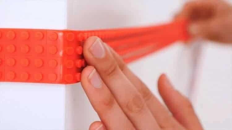 Nimuno Loops è il nastro adesivo che trasforma ogni superficie nella base ideale per costruzioni LEGO. Flessibile, tagliabile e riutilizzabile, il Nimuno Loops ideato dallo studio Nimuno è un modo per rendere tutto un divertente gioco./