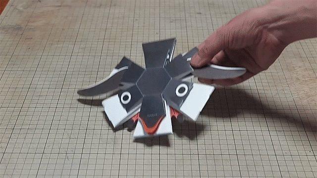 La Penguin Bomb dell'ingegnere cartotecnico Haruki Nakamura è un disco di carta appiattito che si trasforma in un delizioso pinguino tridimensionale quando tocca il piano del tavolo ed è impossibile non sorridere.