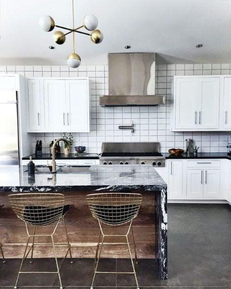 Dalla cucina al salotto, è il momento dei metalli, lo stile industrial ha conquistato ormai non solo bar e ristoranti ma anche la casa. Qualsiasi colore si abbina bene con i metalli ma il segreto, per far sembrare gli spazi più grandi, è mescolare diverse finiture insieme.