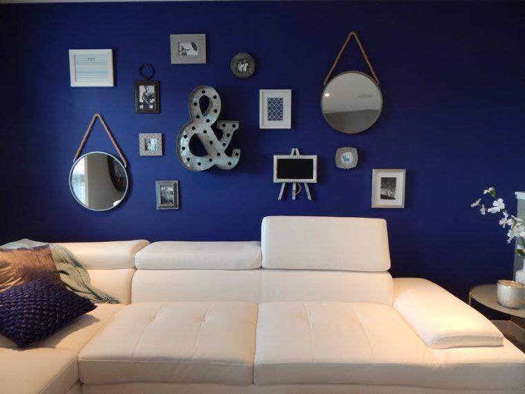 Dimenticate i muri tutti bianchi o beige e spogli, il 2018 sarà un trionfo di wall art con specchi, cornici, foto, quadri, lampade e oggetti d'arte. Preparatevi a giocare con le forme e gli abbinamenti per decorare le pareti con ogni tipo di elemento in grado di valorizzare l'arredamento di una stanza e creare un punto focale d'attenzione come se ci si trovasse all'interno di una galleria d'arte.