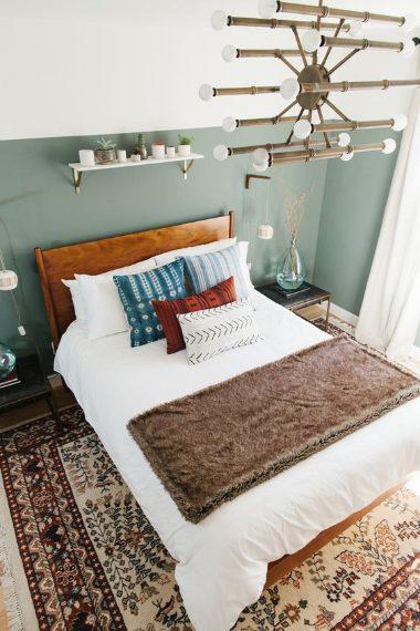 """Il sage è un colore compreso tra il grigio ed il verde con cui quest'anno potreste dipingere la parete della vostra camera da letto per dare alla stanza un aspetto più morbido. Il sage è stato definito""""il nuovo neutro""""."""