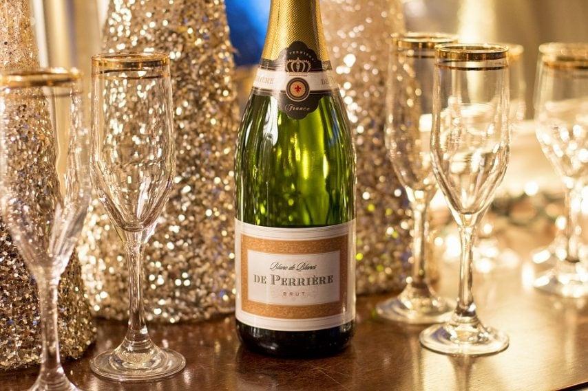 In Russia si beve un bicchiere di champagne con dentro un bigliettino con su scritto il proprio desiderio