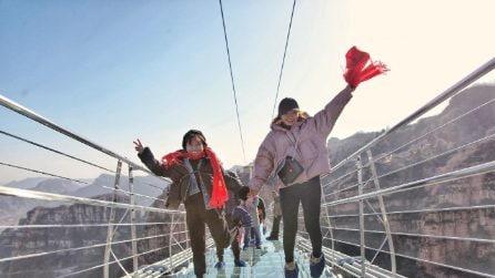 Cina, sul ponte di vetro più lungo del mondo per un'esperienza incredibile