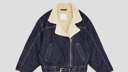 Giacca jeans con la pelliccia: è di moda la trucker jacket