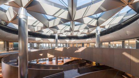 Nell'ufficio più sostenibile al mondo, tra scale monumentali e installazioni artistiche