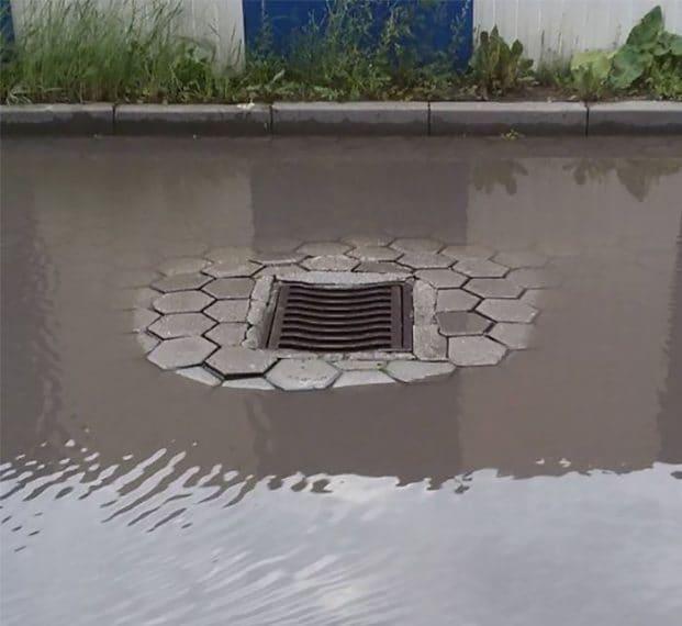 l'acqua non scenderà mai nel tombino rialzato