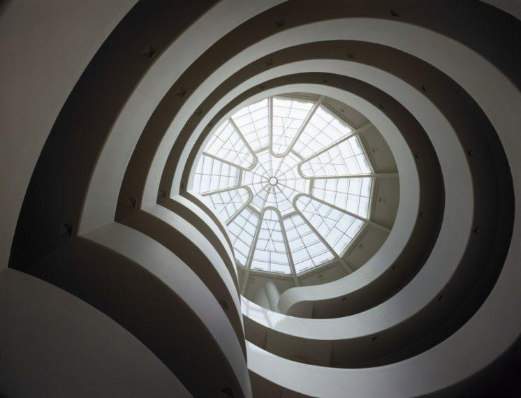 Progettato da Frank Lloyd Wright, è sicuramente una delle location più suggestive e da sogno per un amante dell'architettura. Gli sposi possono scegliere di organizzare la loro cerimonia nella celebre rotonda Ronald O. Perelman, proprio sotto l'iconica rampa a spirale che accoglie le esposizioni dal piano terra fino alla cima dell'edificio.