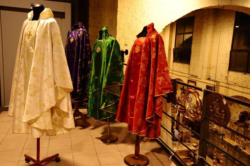 In pochissimi sanno che si realizzano solo qui tutti i paramenti per la Sacrestia Pontificia, per i papi (da Giovanni Paolo II in poi) e per tutte le concelebrazioni pontificie (cardinali, vescovi, diaconi, ecc).