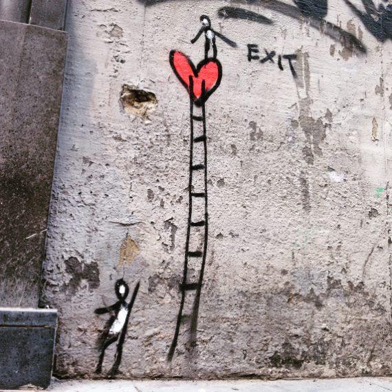 """Da non perdere anche la """"Santa con la pistola"""" di Banksy in piazza Girolamini"""