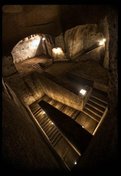 Subito dopo ci si inoltra nel sottosuolo attraverso una lunga scalinata di 115 gradini che conduce all'ex rifugio antiaereo allestito durante l'ultima guerra mondiale per accogliere oltre 2600 persone. Al termine ci si imbatterà nell'enorme e scenografico scalone di collegamento tra la cisterna dell'acquedotto sottostante e le cave superficiali. Il percorso prosegue in un intrico di cave, gallerie e cunicoli che si conclude sui bordi di una grande cisterna, riempita di nuovo d'acqua.