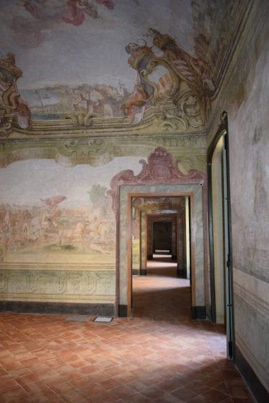 L'edificio, di fondazione quattrocentesca, ospitava il convento delle monache benedettine di S. Potito, poi acquisito da Camillo Caracciolo (1563-1617) che lo ampliò riutilizzando le preesistenze architettoniche conventuali. Il Palazzo Caracciolo di Avellino, che solo più tardi assumerà questa denominazione, fu realizzato ai primi del Cinquecento.