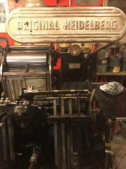 Sono macchinari imponenti, e completamente manuali. Al centro della bottega campeggia una Linotype per la composizione meccanica: ogni lettera di un testo è pazientemente collocata al suo posto dall'artigiano, volta per volta, riga per riga.