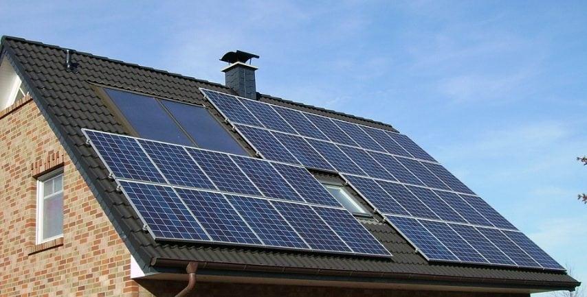 Diverse politiche statali consentono inoltre sgravi fiscali per chi sceglie di installare pannelli fotovoltaici che possono produrre energia per la casa con un risparmio anche qui del 60%.