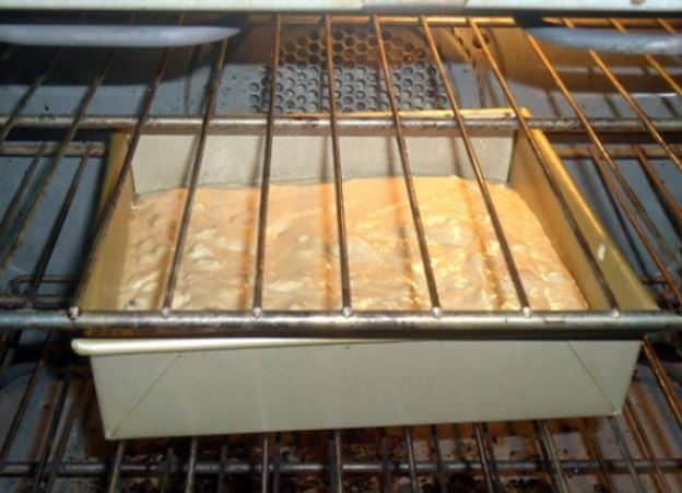 Non coprire la teglia con il dolce nel forno, perché così facendo non avrete una corretta circolazione dell'aria. Fonte: https://www.flickr.com/photos/lpolinsky