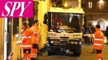 I ragazzi di Amici che puliscono le strade di Roma per la punizione inferta da Maria De Filippi
