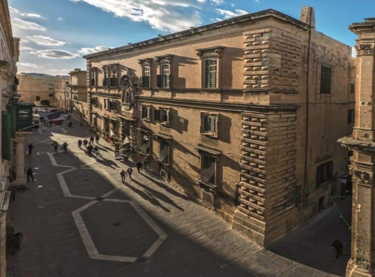"""MUZA è una parola maltese che sta per """"ispirazione"""" all'Auberge d'Italie di una comunità artistica nazionale. MUŻA (Museo Nazionale di Belle Arti) è anche il nome scelto per il nuovo museo d'arte di Malta, che dopo 42 anni ha chiuso la sede storica a South Street per trasferirsi in una nuova destinazione. Il progetto, a energia verde, è un museo d'arte nazionale-comunitario, il primo del suo genere, sviluppato in un sito storico all'interno della capitale Città di La Valletta."""
