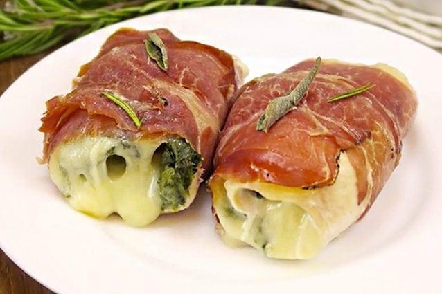 La ricetta completa: https://cucina.fanpage.it/involtini-di-pollo-e-speck/
