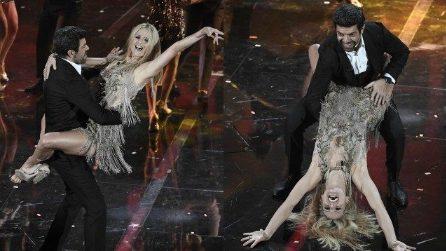 Sanremo 2018, Michelle Hunziker e Favino si scatenano sulle note di 'Despacito'
