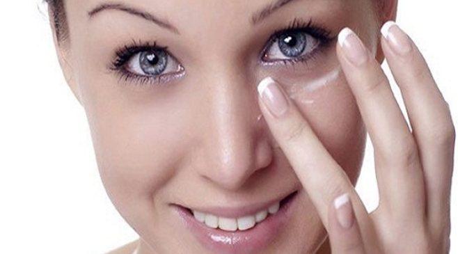 Mescolate un cucchiaio di bicarbonato con l'acqua e mettete sotto gli occhi per ridurre le occhiaie. Fonte: https://beautyhealthtips.in/