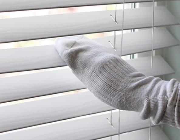 Un calzino di spugna vi permetterà di pulire meglio e minor tempo le tendine veneziane. Fonte: https://www.instagram.com/p/uI85N_ANPp/?utm_source=ig_embed