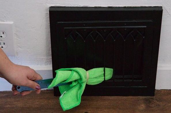 Un righello e un panno vi consentiranno di pulire anche gli angoli della casa più inaccessibili. Fonte: https://www.instagram.com/p/BeglfwogUvF/?taken-by=byjillee