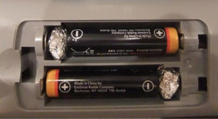 In caso di mancanza di batterie della giusta dimensione, è possibile ovviare con carta alluminio. Esempio: serve una stilo invece che una ministilo, ma si ha disposizione solo quest'ultima: aggiungete l'alluminio arrotolato ai due poli e le batterie funzioneranno.