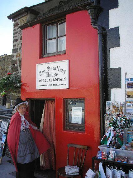 La più piccola casa in Gran Bretagna, conosciuta anche come la Quay House , è un'attrazione turistica sul molo di Conwy , nel Galles. Oggi la casa è ancora di proprietà dei suoi discendenti.