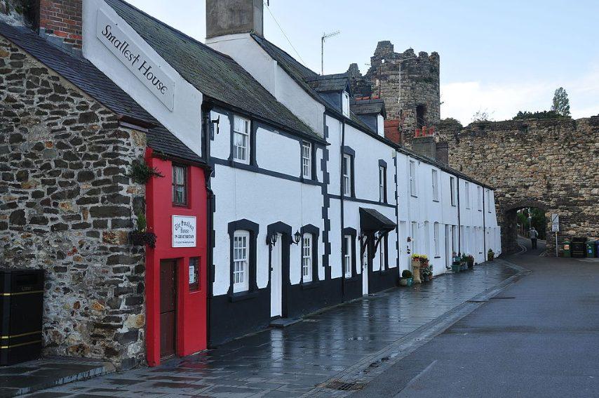 La casa nominata nel Guinness dei primati come la più piccola casa in Gran Bretagna , con dimensioni di 3,05 metri x 1,8 metri, si trova sul molo di Conwy , nel Galles. È stata sempre occupata dal 16° secolo (e fu addirittura abitata da una famiglia in un periodo) fino al 1900 quando il proprietario (un pescatore di 1,8 metri di altezza - Robert Jones) fu costretto a spostarsi per motivi di igiene . Le stanze erano troppo piccole perché lui potesse alzarsi completamente.