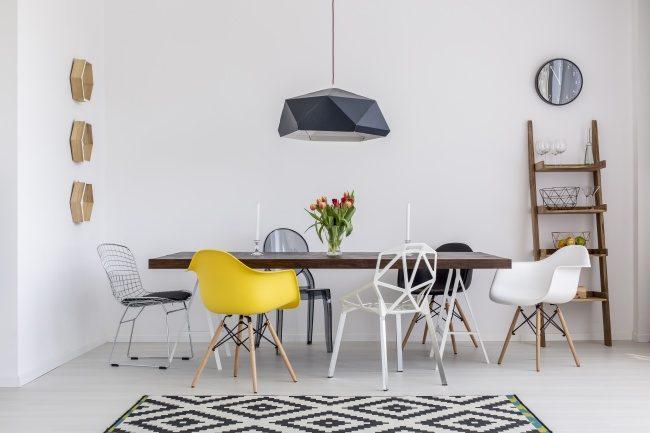 Quando si pensa alla sala da pranzo bisogna assolutamente evitare quelle immagini statiche di tavola e sedia simili che fanno molto casa antica. Le tendenze moderne sono orientate maggiormente sull'uso di sedie differenti, tra di loro e rispetto al tavolo, da accostare al tavolo da pranzo. In questo modo si darà luogo ad una cucina o sala da pranzo più accogliente e originale. Non bisogna aver pausa di sperimentare.
