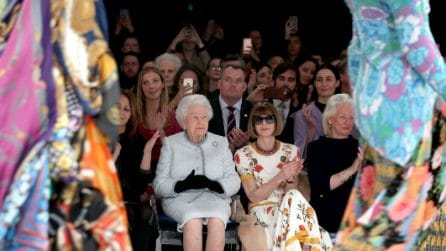 La regina Elisabetta II assiste alla sua prima sfilata di moda