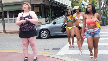 Fotografa questa donna per verificare reazioni e sguardi dei passanti