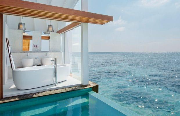 Nel lussuoso resort Kandolhu alle Maldive c'è una villa che si chiama Ocean Pool dove il bagno è raggiungibile tramite un passaggio privato e affacciano sulla terrazza esterna dove la vista panoramica sulle acque scintillanti dell'Oceano Indiano. è davvero spettacolare. C'è persino una vasca immersione ad acqua fredda.