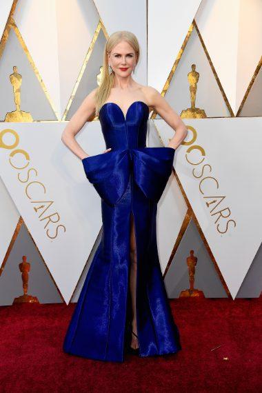 """Scollo a cuore e maxi fiocco frontale per la Kidman, certamente splendida ma il """"fioccone"""" fa tanto abito per il ballo del liceo ann'90. VOTO 6--"""