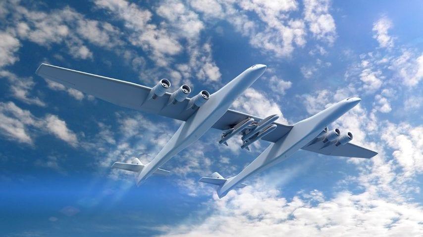 Con una capacità di carico di 250.000 chilogrammi, lo Stratolaunch è il più grande aereo mai costruito. Stratolaunch è stato ideato per trasportare missili e satelliti verso l'orbita terrestre e carichi utili a più orbite in un'unica missione. Il design innovativo dell'aereo dispone di una doppia fusoliera, una, a destra, che ospita l'equipaggio di condotta, l'altra, a sinistra, che contiene sistemi di dati di volo.