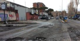 Roma, le strade sono piene di buche: le foto della situazione e dei danni