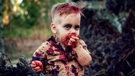 Traveste suo figlio, tutti si scagliano contro di lei: ciò che nascondono queste foto è commovente