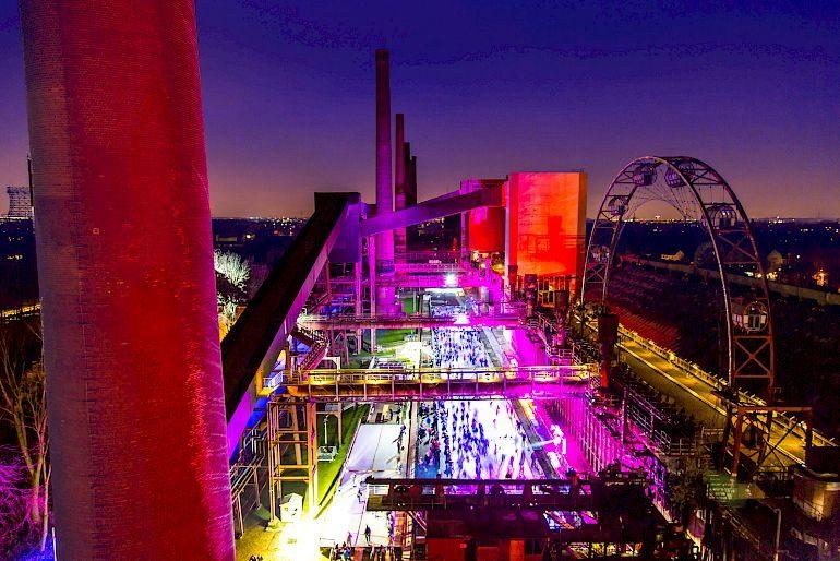 In inverno, il patrimonio culturale mondiale UNESCO di Zollverein si trasforma in una pista di pattinaggio di 1800 metri quadrati lungo le fornaci per cokeria, 2015 © Jochen Tack / Stiftung Zollverein