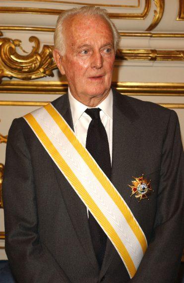 """Hubert de Givenchy riceve il premio """"Gran Cruz de Isabel La Catolica"""" nel 2002"""