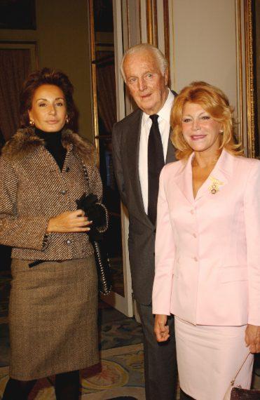 Hubert de Givenchy con la stilista Nati Abascal e la baronessa Von Thyssen nel 2002